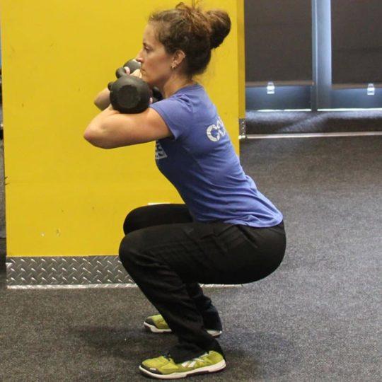 dual KB squat side 800×800